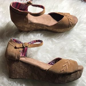 Toms Suede Wedge sandal size 7 Beige
